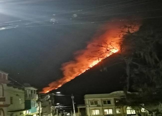 Gigantesco incendio forestal amenaza a habitantes de San Andrés en Santander