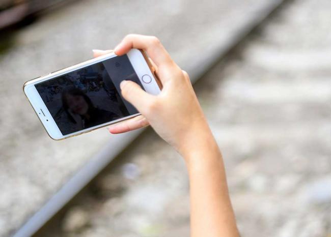 Video: Por estar tomándose selfies con un arma, niñera dispara a menor que cuidaba