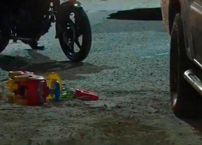 Niño de dos años que iba en carrito de juguete murió arrollado tras caer de un andén