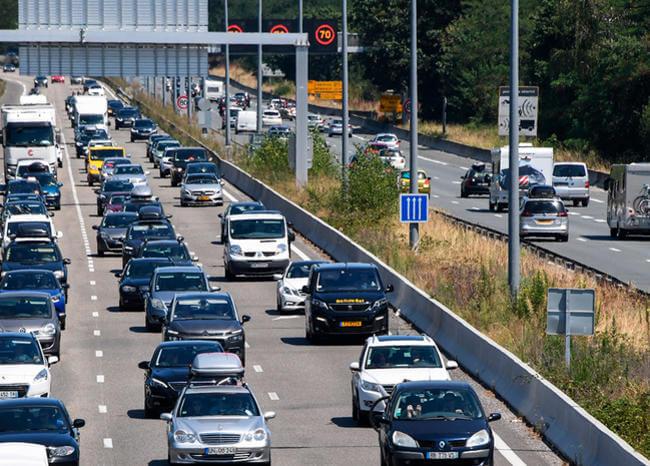 Mujer murió tras caerse de un vehículo en plena autopista