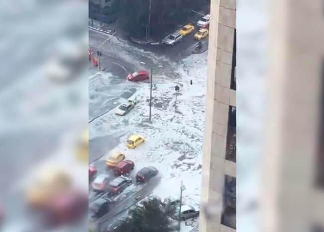 ¡Noble gesto! Ciudadanos empujaron carro varado en medio del granizo en Bogotá