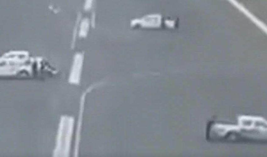 Video: Atravesaron carros en pista para no permitir aterrizaje de avión que llegaba de Madrid