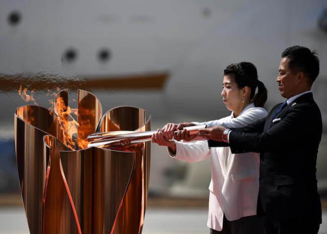 Pese a la amenaza de coronavirus, aterrizó la llama olímpica en Japón