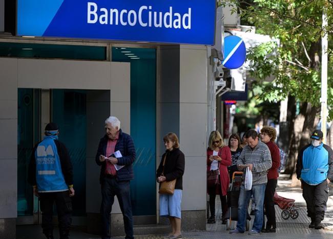 Argentina amplia permiso de circulación a oficios distintos de salud