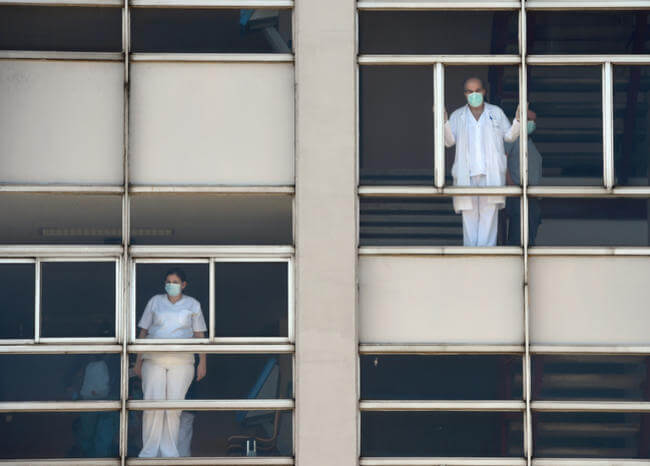 España supera 22.000 muertos por coronavirus con nueva alza diaria