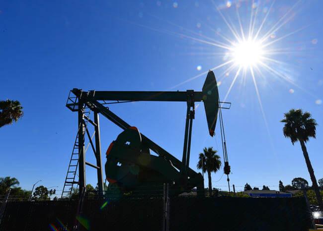 Precio del petróleo de EE.UU. se desploma por debajo de 13 dólares el barril