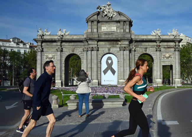 Después de 48 días, españoles salen por fin a pasear y hacer deporte