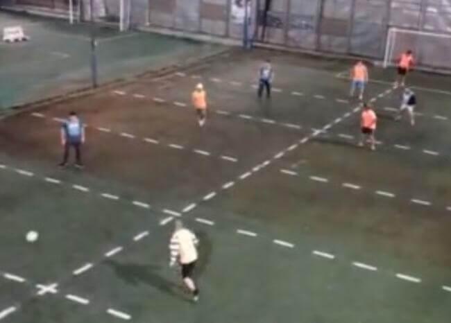 Así juegan fútbol cinco, con distanciamiento social, en Argentina