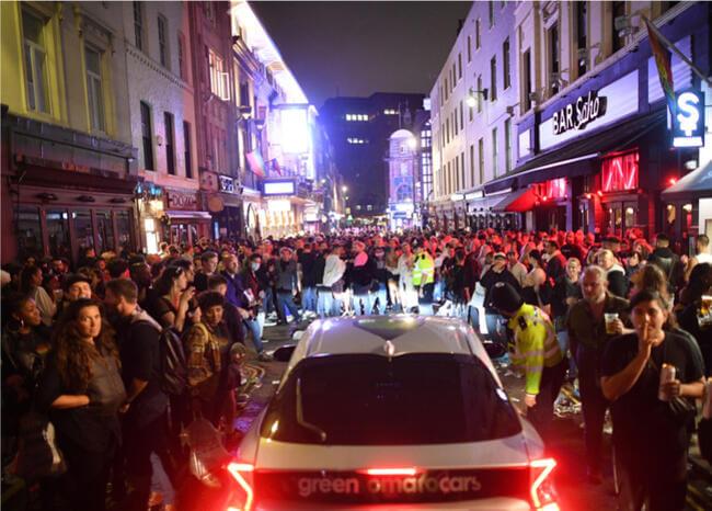 Fiesta fuera de control en Inglaterra por reapertura de bares y restaurantes