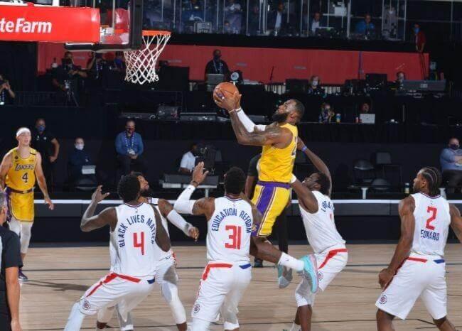 Los Lakers vencen a los Clippers en un partidazo que marcó el regreso de la NBA