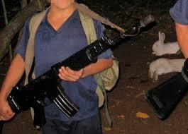 Joven que fue reclutado a los 13 años, obligado a cometer crímenes, hoy es buscado por disidentes
