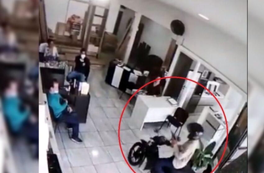 Video: ladrones en moto atracaron a cuatro empleados de una empresa caleña en menos de 90 segundos